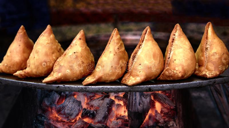` Delicioso s de Samosa em carvão ardente fotografia de stock royalty free
