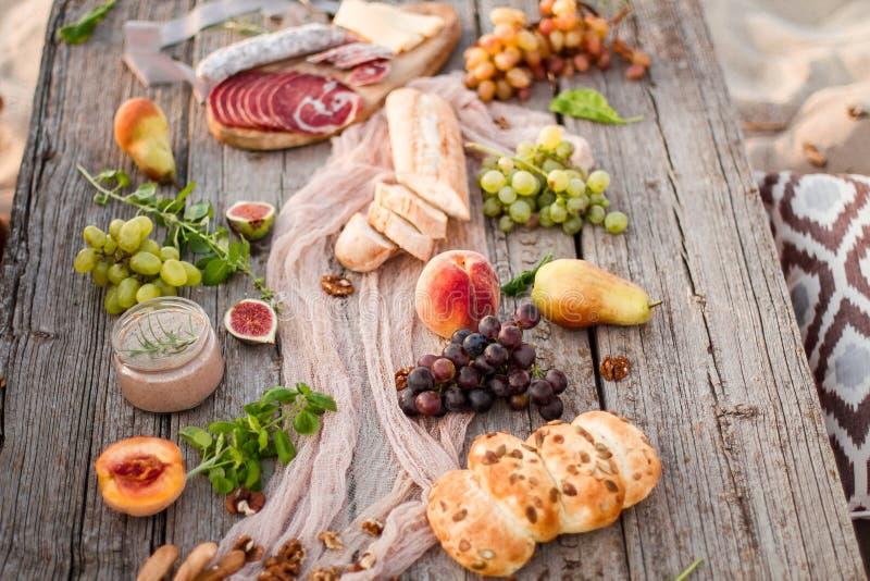Delicioso sano y vino de la tabla de la comida imagen de archivo libre de regalías