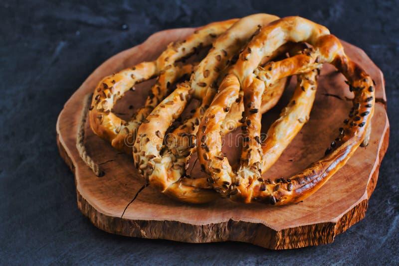 Deliciosos pretzels frescos con semillas de girasol fotos de archivo libres de regalías