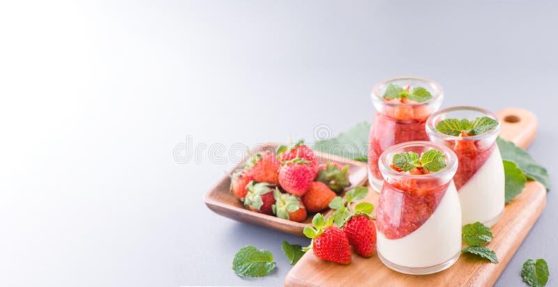 Delicous y postres dobles nutritivos de la fresa del color del color con la menta y el sarcocarpo cortado en cuadritos que remata imagen de archivo libre de regalías