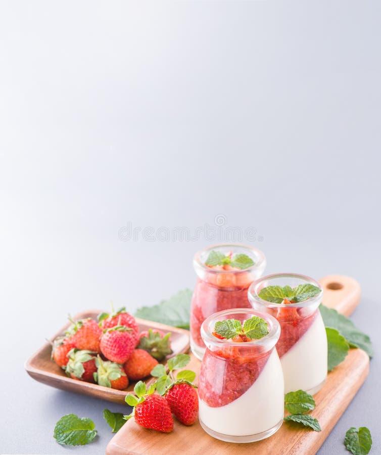 Delicous y postres dobles nutritivos de la fresa del color del color con la menta y el sarcocarpo cortado en cuadritos que remata imagen de archivo