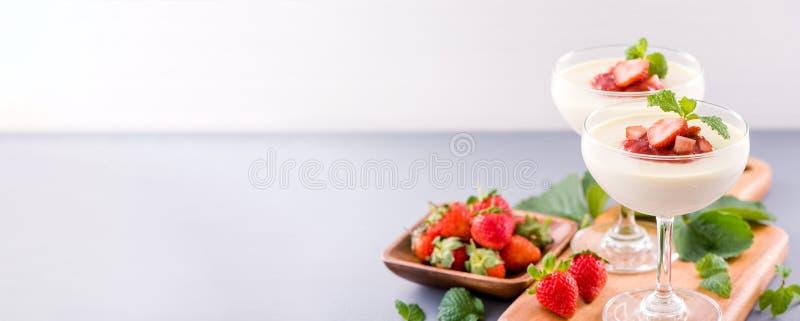 Delicous y postres dobles nutritivos de la fresa del color del color con la menta y el sarcocarpo cortado en cuadritos que remata foto de archivo
