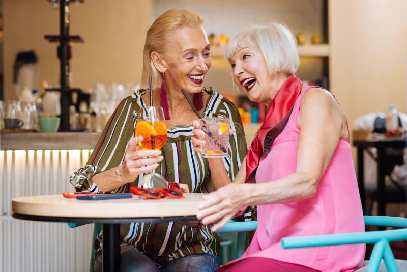 Delighted envelheceu as mulheres que têm uma conversação foto de stock royalty free