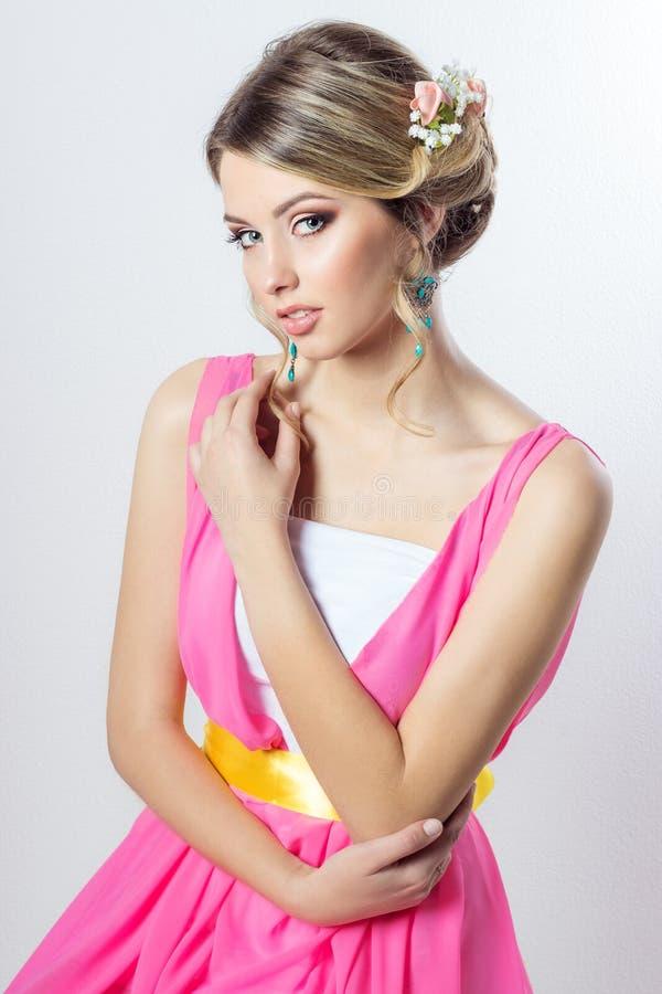 Delikat bild av en härlig kvinnaflicka som en brud med den ljusa makeupfrisyren med blommarosor i huvudet arkivbilder