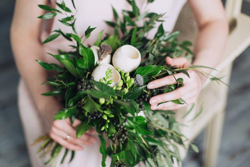Delikat blom- bukett av vårblommor i kvinnahand arkivfoto