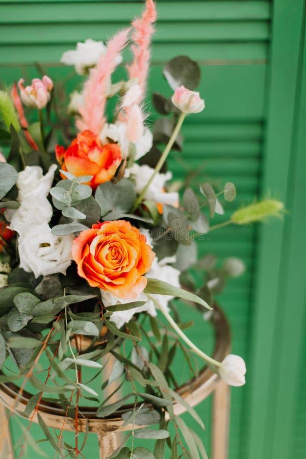 Delikat blom- bukett av vårblommor på grön bakgrund royaltyfria foton