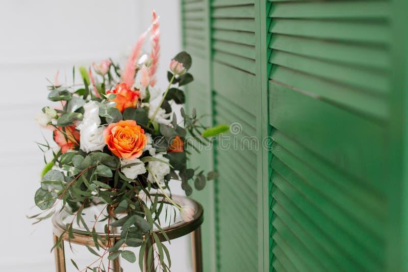 Delikat blom- bukett av vårblommor på grön bakgrund arkivfoto