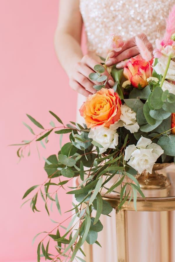 Delikat blom- bukett av vårblommor på rosa bakgrund royaltyfria bilder