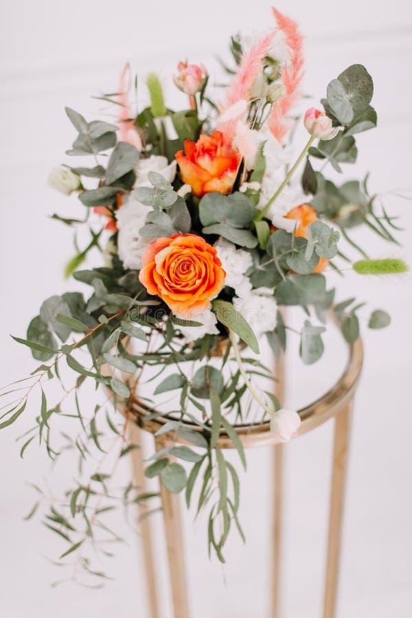 Delikat blom- bukett av vårblommor på vit bakgrund royaltyfria bilder