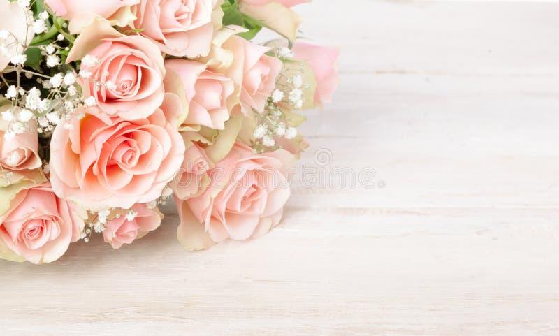 Delikat bukett av nya rosa rosor arkivbilder