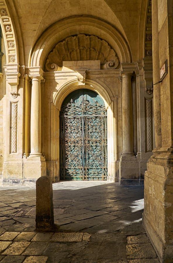 Delikat smidesjärndörr på slotten för Grandmaster` s, Valletta royaltyfri fotografi