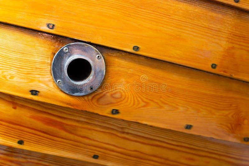 Delikata detaljer av en hand - gjorde träfartyget arkivfoto
