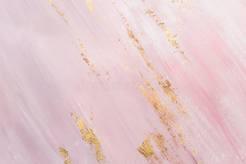 Delikata rosa f?rger marmorerar bakgrund med guld- penseldrag st?lle f?r din design royaltyfri fotografi