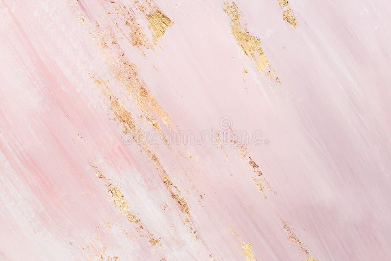 Delikata rosa f?rger marmorerar bakgrund med guld- penseldrag st?lle f?r din design royaltyfri foto