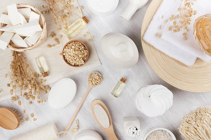 Delikata traditionella lantliga beigea naturliga skönhetsmedelprodukter för kropp- och hudomsorg på det vita wood brädet, bästa s royaltyfri foto
