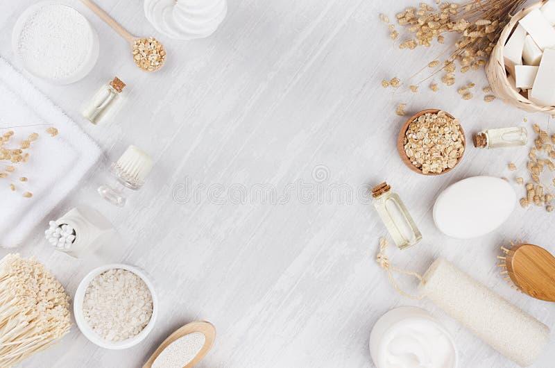 Delikata traditionella lantliga beigea skönhetsmedelprodukter för kropp- och hudomsorg på det vita wood brädet, ram, bästa sikt arkivfoton