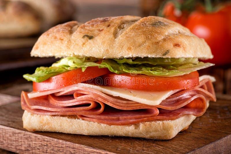 Delikatessaffärsmörgås på Ciabatta bröd royaltyfri fotografi