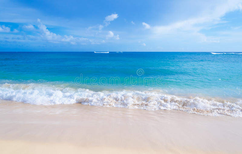 Delikatne fala na piaskowatej plaży w Hawaje obrazy stock