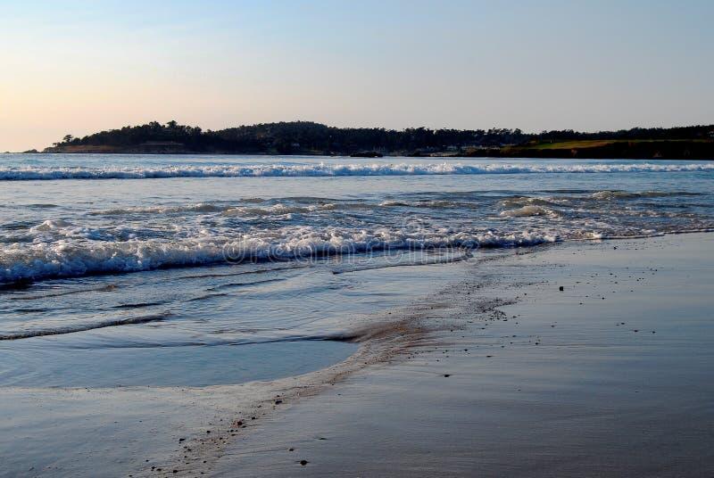 Delikatne fale na Carmel plaży przy zmierzchem fotografia stock
