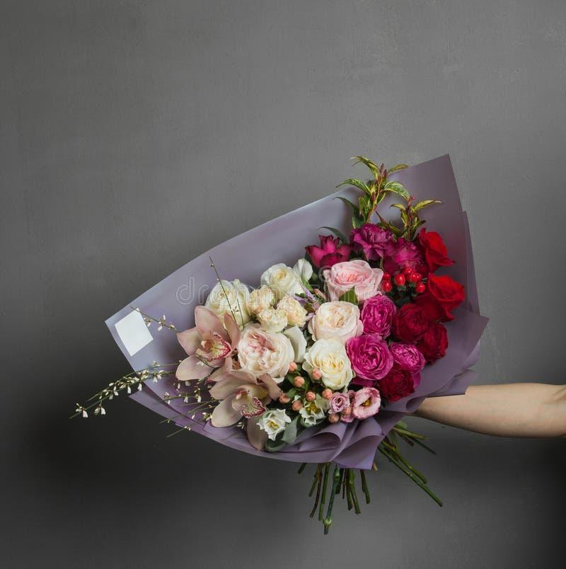Delikatny świeży bukiet kwiaty w szeroko rozpościerać ręce zdjęcie stock