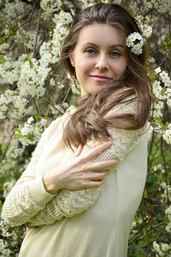 Delikatny żeński portret z kwitnącymi czereśniami fotografia stock