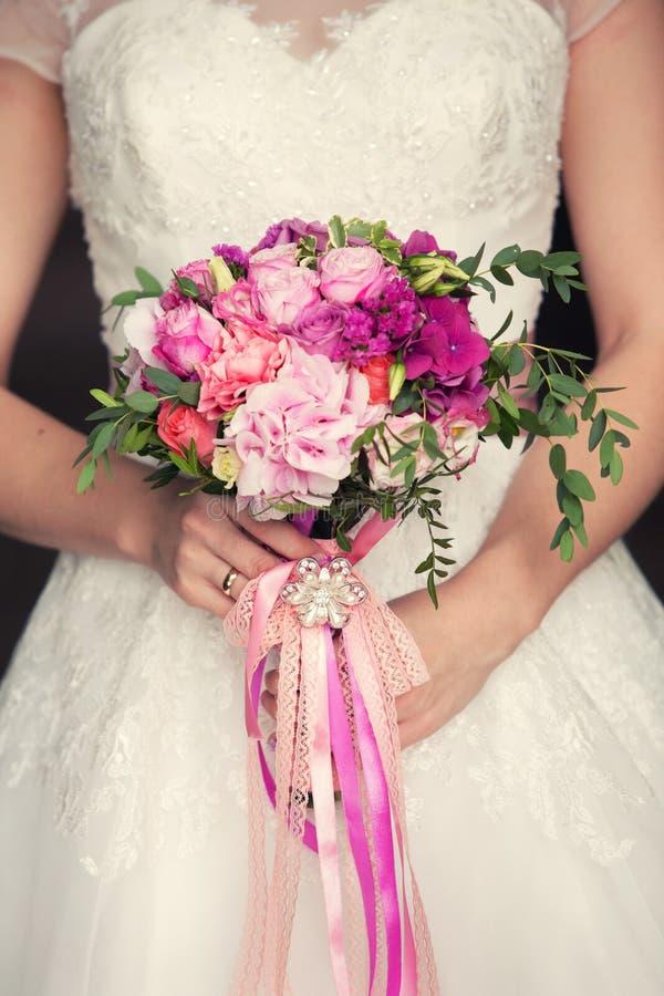 Delikatny bridal bukiet w rękach zdjęcia royalty free
