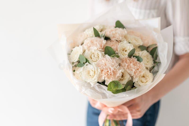 Delikatny bukiet mieszani kwiaty w kobiet r?kach praca kwiaciarnia przy kwiatu sklepem Delikatny Pastelowy kolor obraz royalty free