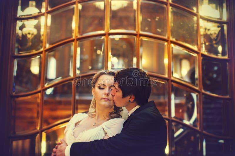 Delikatny buziak fornal panna młoda w przodzie stary st zdjęcie royalty free