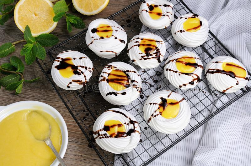 Delikatny, crispy deseru ` Pavlova `, obraz stock