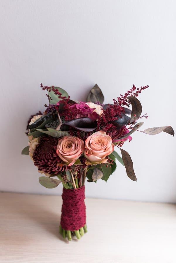 Delikatny, drogi, modny bridal ślubny bukiet kwiaty w marsali, i czerwony kolor zdjęcia stock