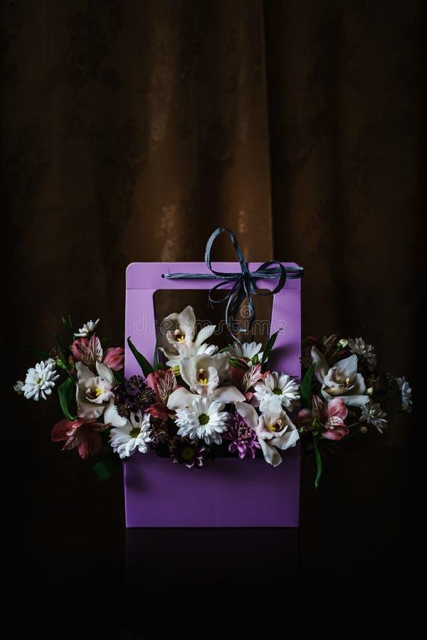 Delikatny i piękny prezenta bukiet kwiaty w purpurowym cortonal koszu Zako?czenie Kwiaty obraz stock