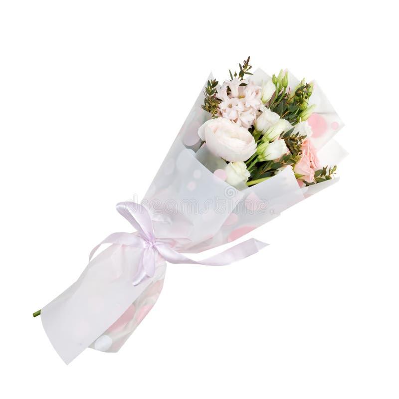 Delikatny kwitnie kwiatu bukiet zawijaj?cy w papierze zdjęcie royalty free
