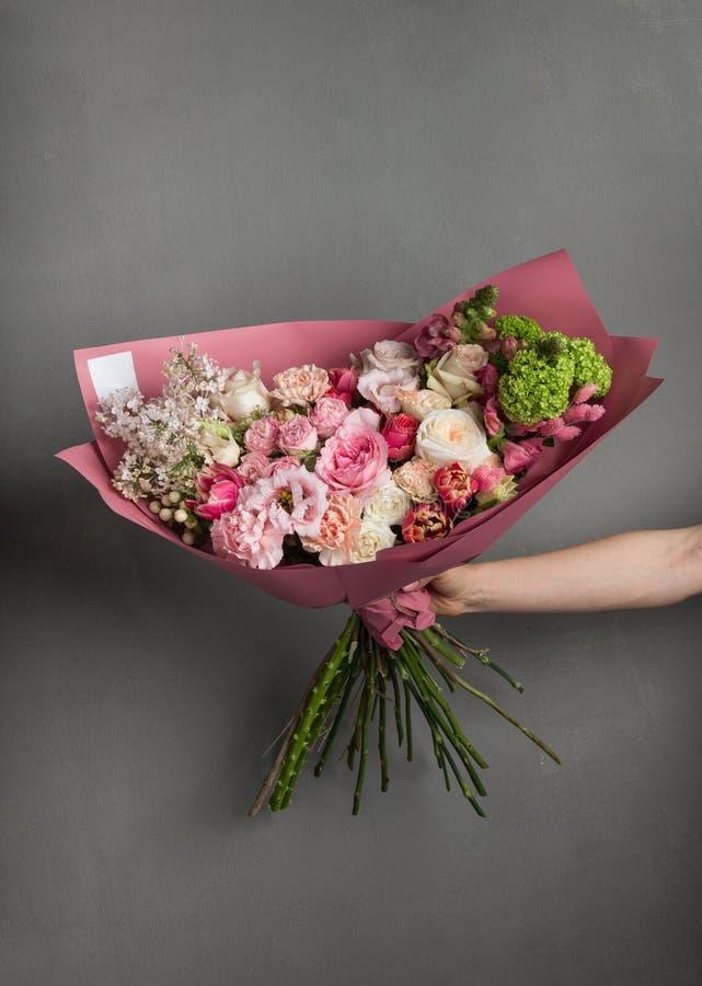 Delikatny podesłanie bukiet świezi kwiaty w szeroko rozpościerać ręce bridal bukiet panna młoda zdjęcie stock