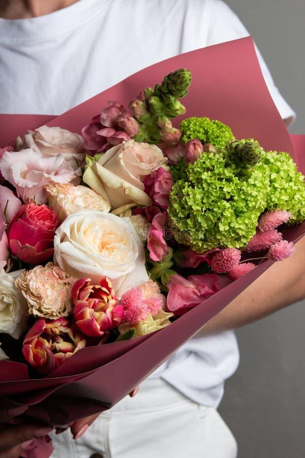 Delikatny podesłanie bukiet świezi kwiaty w szeroko rozpościerać ręce bridal bukiet panna młoda zdjęcie royalty free