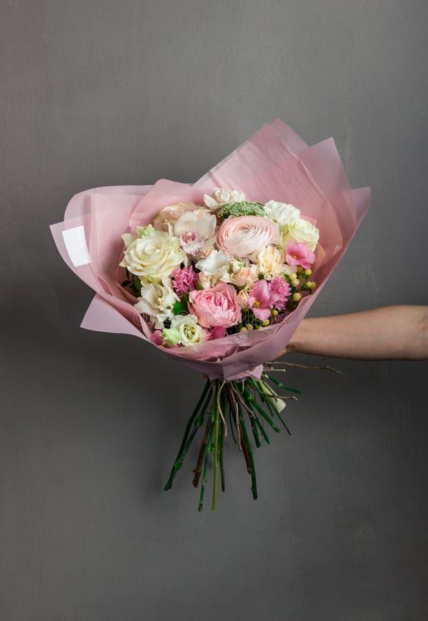 Delikatny podesłanie bukiet świezi kwiaty w szeroko rozpościerać ręce bridal bukiet panna młoda obrazy stock