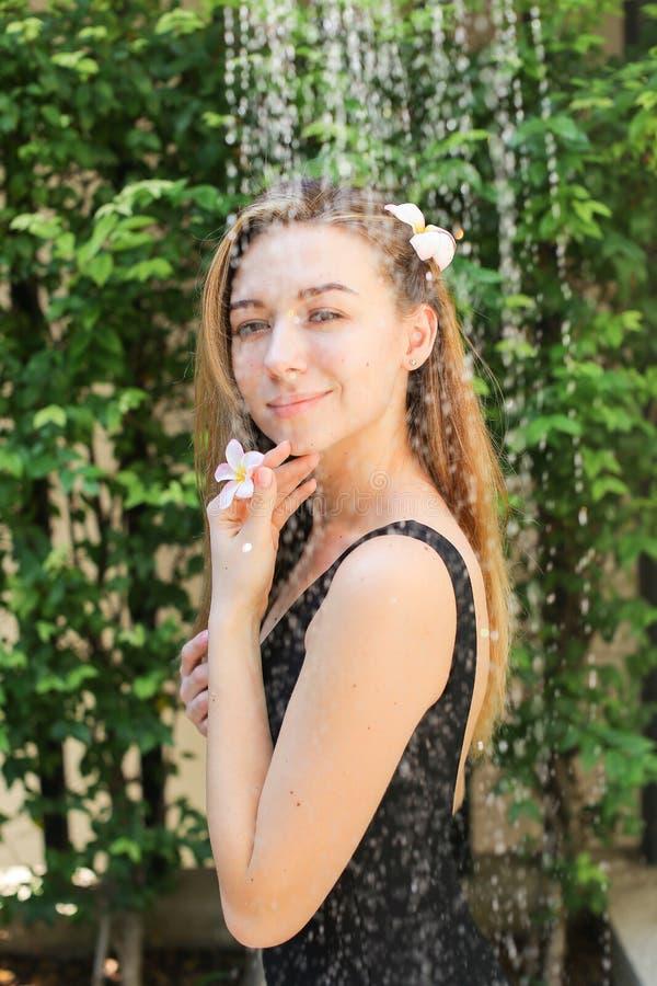 Delikatny portret dziewczyna która cieszy się wodne krople od prysznic fotografia stock