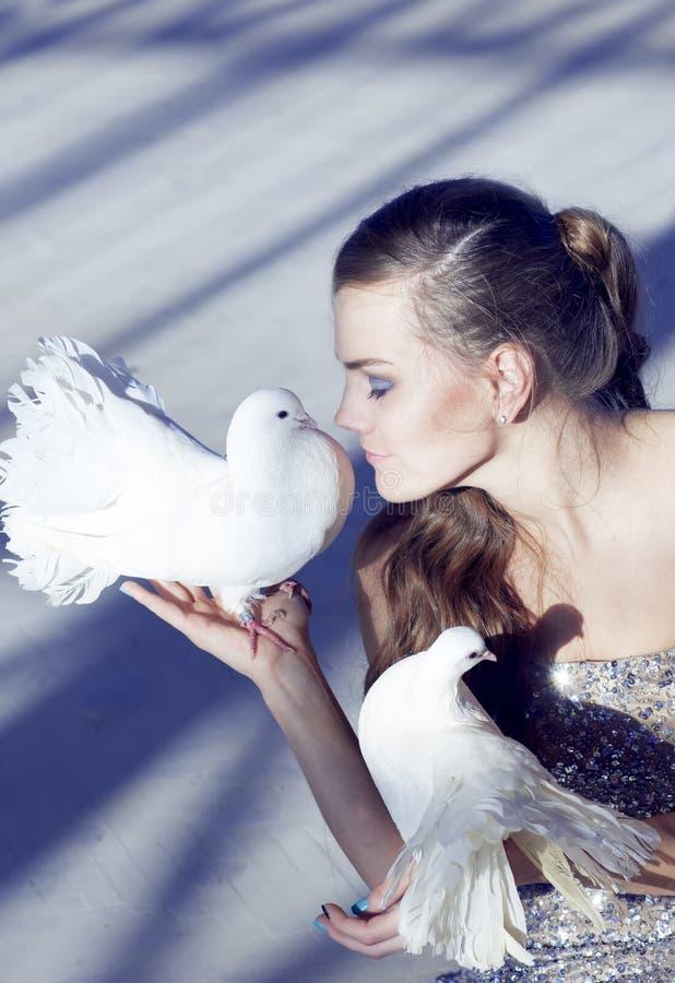Delikatny portret piękna dziewczyna z białą gołąbką nad s, zdjęcie royalty free