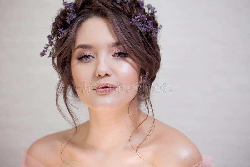 Delikatny portret piękna młoda kobieta z włosy z warkoczami fotografia royalty free