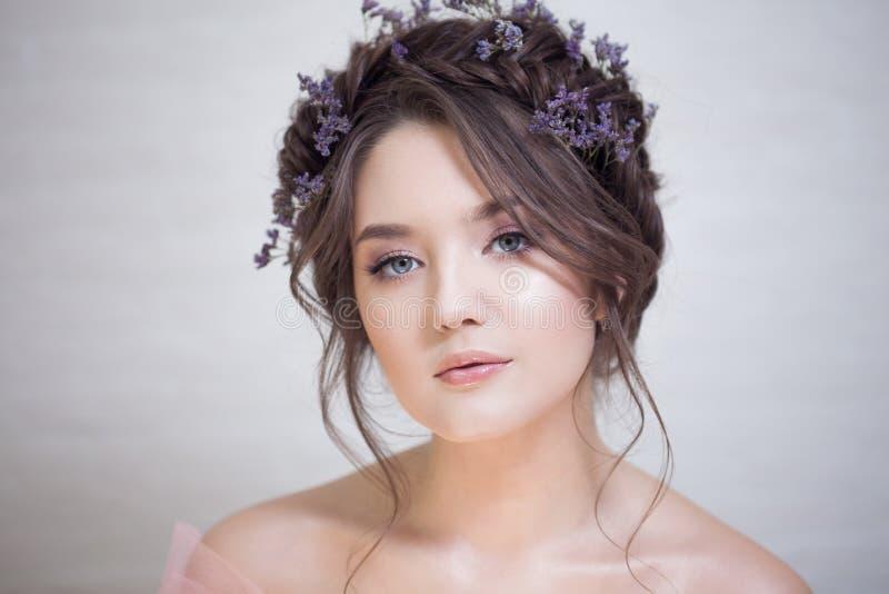 Delikatny portret piękna młoda kobieta z włosy z warkoczami fotografia stock