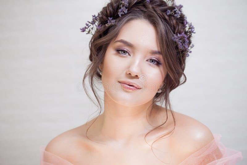 Delikatny portret piękna młoda kobieta z włosy z warkoczami obraz royalty free