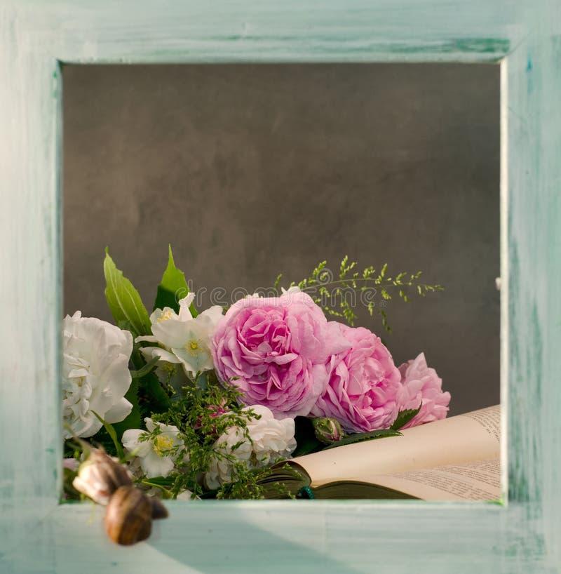 Delikatny różowy róża bukiet z starymi książkami na starym drewnianym tle fotografia stock
