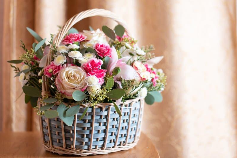 delikatny układ kwiatów piękny bukiet różowych kwiatów w koszyku na drewnianym stole bukiet ślubny obrazy royalty free