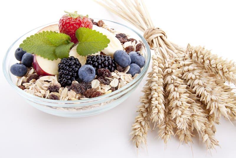 Deliscious gesundes Frühstück mit den Flocken und Früchten getrennt lizenzfreies stockfoto