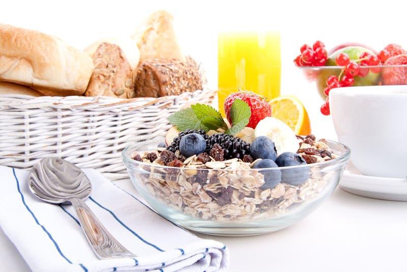Deliscious gesundes Frühstück mit Flocken und Früchten   lizenzfreies stockbild