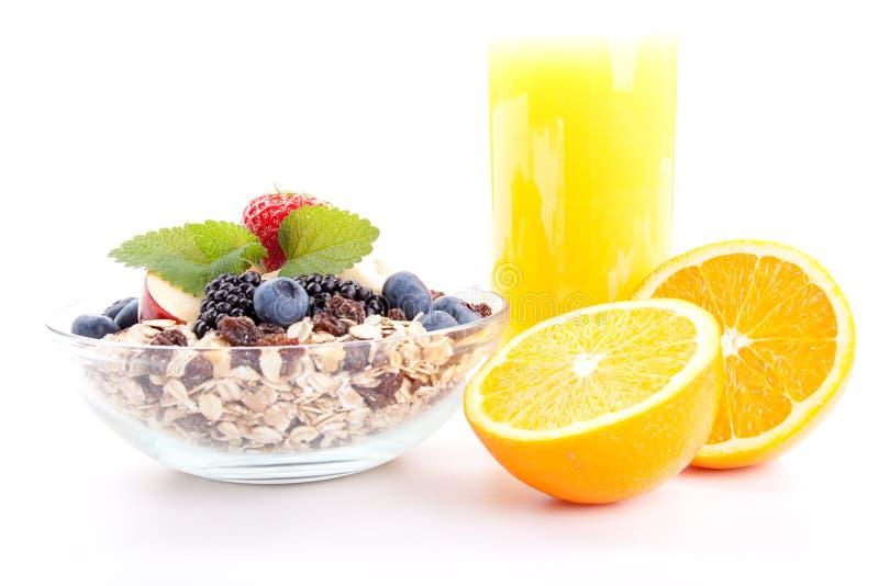 Deliscious zdrowy śniadanie z płatkami i owoc odizolowywającymi obraz royalty free