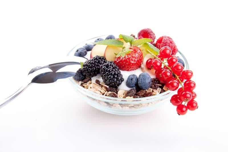 Deliscious zdrowy śniadanie z płatkami i owoc odizolowywającymi zdjęcia royalty free