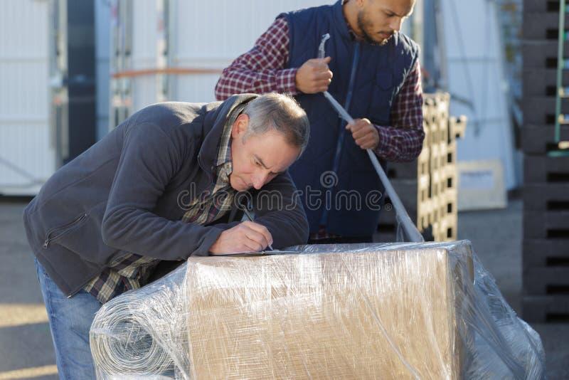 Deliverer maschio con le scatole all'aperto fotografia stock libera da diritti