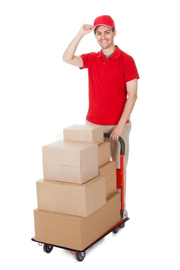 Deliveryman με ένα καροτσάκι των κιβωτίων στοκ φωτογραφίες με δικαίωμα ελεύθερης χρήσης