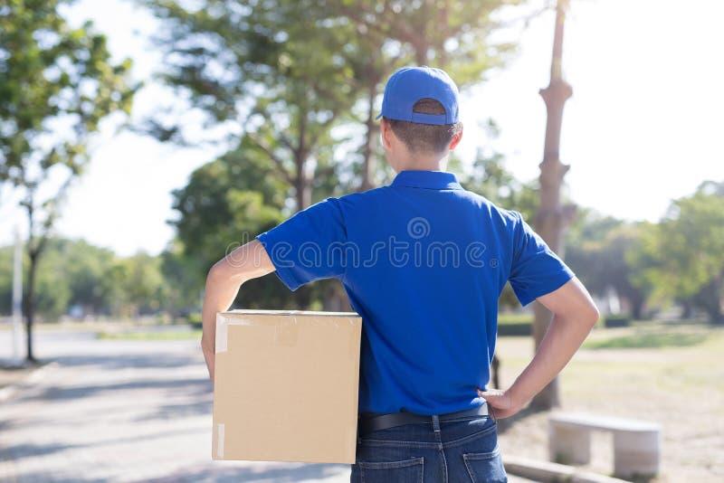 Deliveryman πίσω σε σας στοκ εικόνα