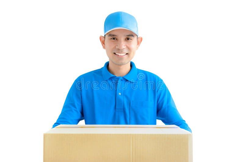Deliveryman που φέρνει ένα κιβώτιο δεμάτων χαρτονιού στοκ φωτογραφίες με δικαίωμα ελεύθερης χρήσης